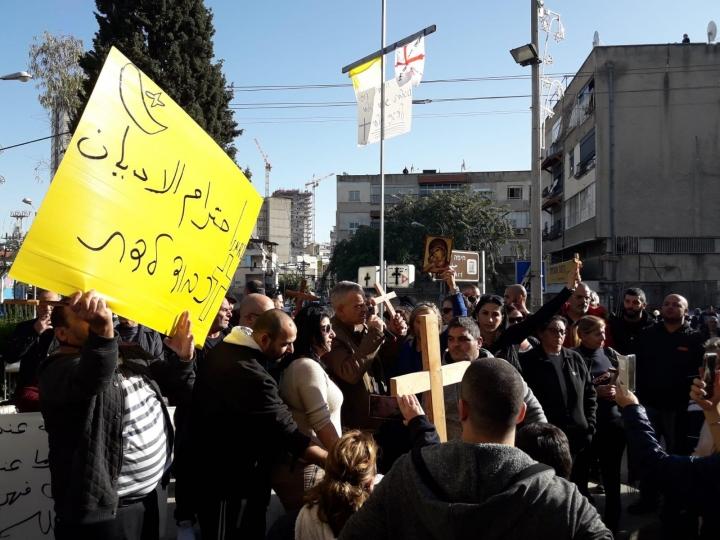 في الداخل: مواجهات واعتقالات خلال مظاهرة ضد معرض مسيء للمسيح في حيفا