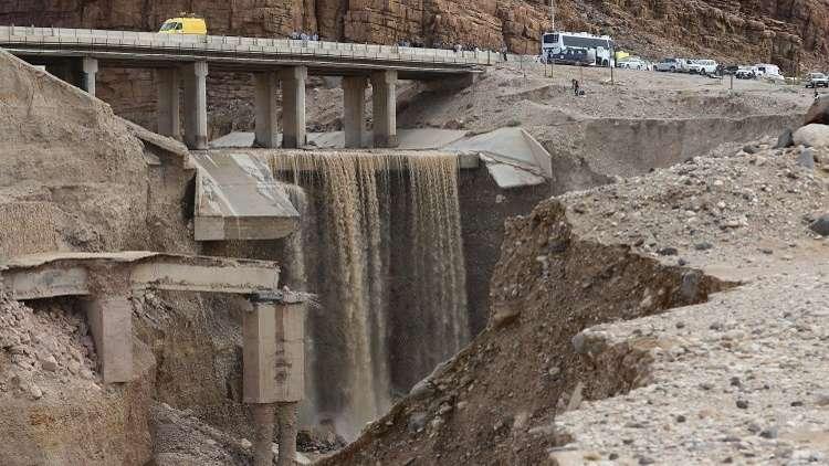الاحتلال يعلن انقطاع الاتصال بثلاث سياح إسرائيليين بالأردن جراء السيول