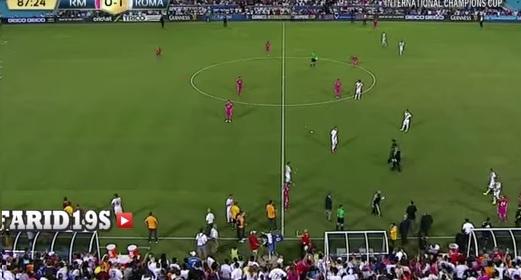 شاهد الحدث: مشجع يلوح بالعلم الفلسطيني في مباراة ريال مدريد وروما