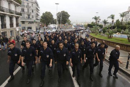 اعتصام رجال الشرطة بالجزائر أمام مكتب الرئيس