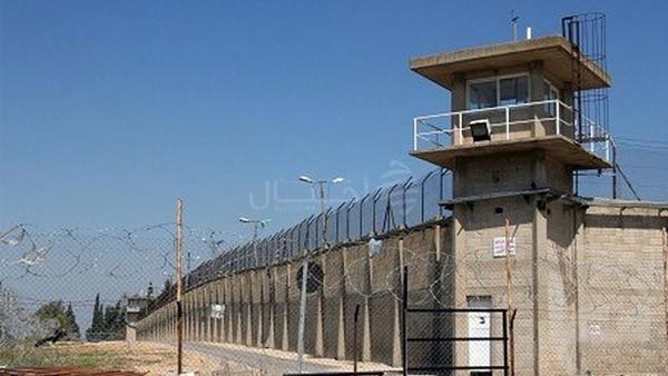 الاحتلال يمدد اعتقال (102) مواطناً