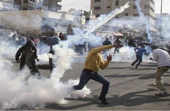 إصابة عشرات المواطنين في مسيرة عند حاجز قلنديا