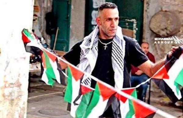 مسيحي فلسطيني يزيّن