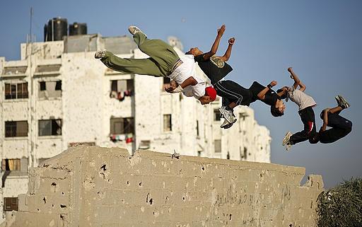 شبان من غزة يمارسون رياضة
