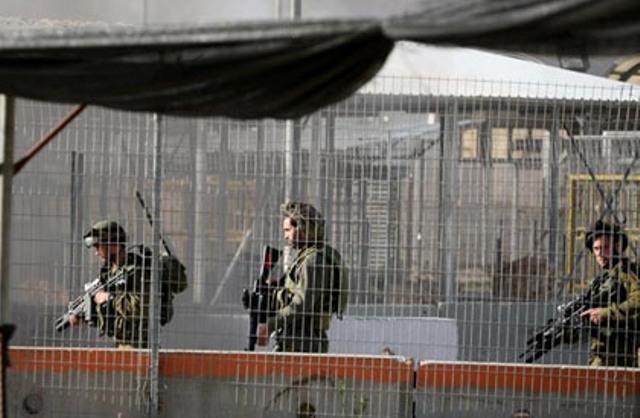 الاحتلال يغلق حاجز