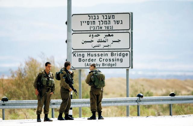 الاحتلال يعيد فتح