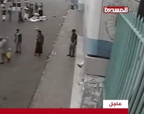 بالفيديو لحظة تفجير انتحاري نفسه في مدخل ميدان التحرير في صنعاء