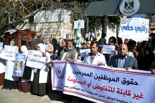 موظفو غزة يقتحمون مبنى