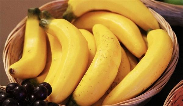كلوا الموز بقشرته...