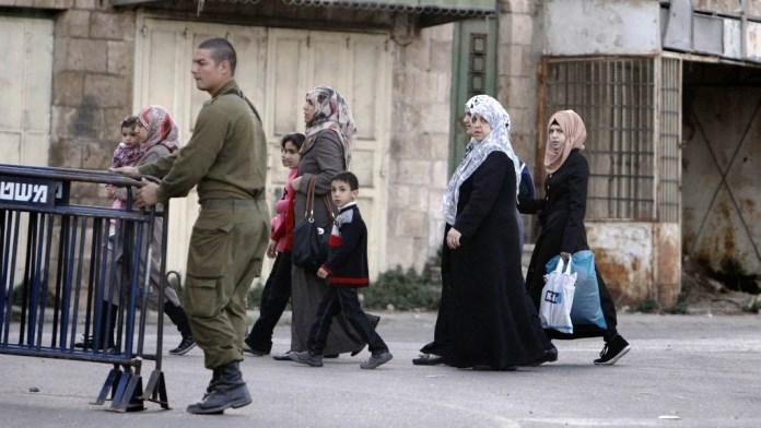 الاحتلال يقيم جدرانا في منطقة الخليل بطول 9 أمتار