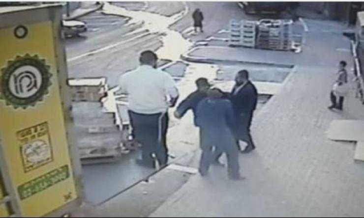 اعتداء على عامل وطعنه لأنه عربي