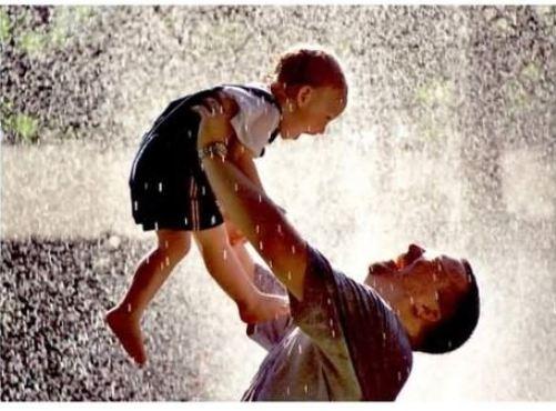 شاهد الحدث: فيلم مدته 100 ثانية من أروع ما يظهر حنان الأب