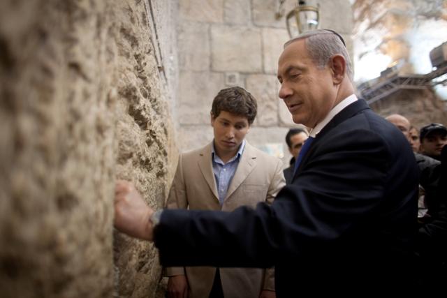 """نتنياهو يدنس """"حائط"""