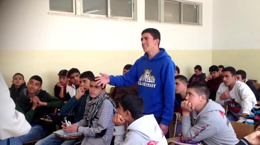 حال التعليم في بلادنا.. مدرس يضرب الطالب على وجهه فيقول له قصيدة يجعله يبوس رأسه