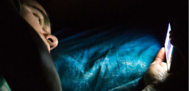 هذا ما يحدث لجسمكم عندما تستخدمون الهاتف المحمول قبل أن تناموا ؟؟!!