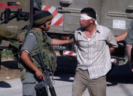 الاحتلال يعتقل (23) مواطناً من الضفة ويستدعي والدة أسير