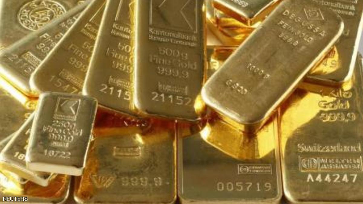 الذهب يتراجع بعد صعود قوي وخفض توقعات رفع الفائدة الأمريكية