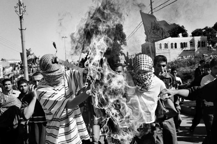 استطلاع| غزة تؤيد الانتفاضة والضفة تعارضها !