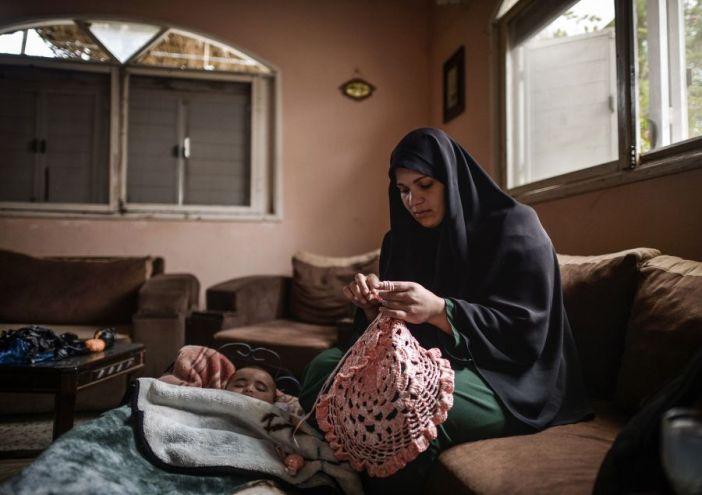 خاص| زينب عزيز .. من النايلون تصنع الجمال في بيوت الغزيين