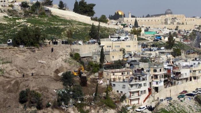 بلدية الاحتلال تجبر مقدسيًا على هدم منزله بيده