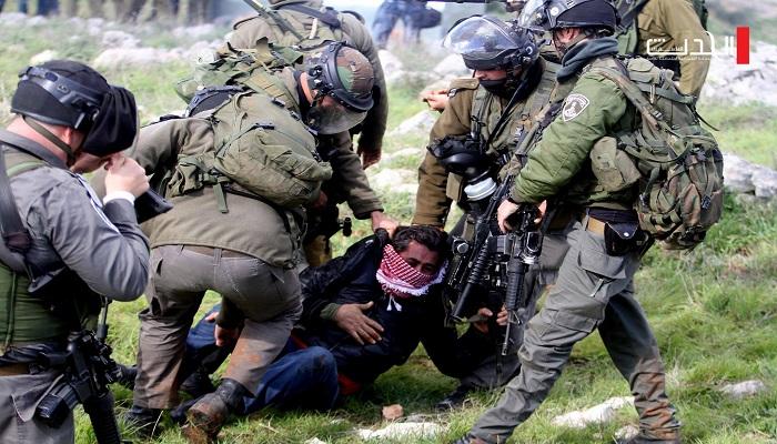 قوات الاحتلال تعتقل ثمانية مواطنين بينهم أسرى محررون من حلحول شمال الخليل