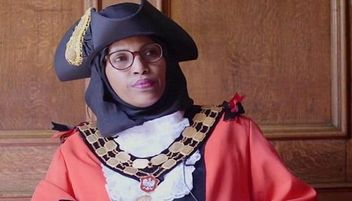 استقالة أول عمدة ترتدي الحجاب في بريطانيا