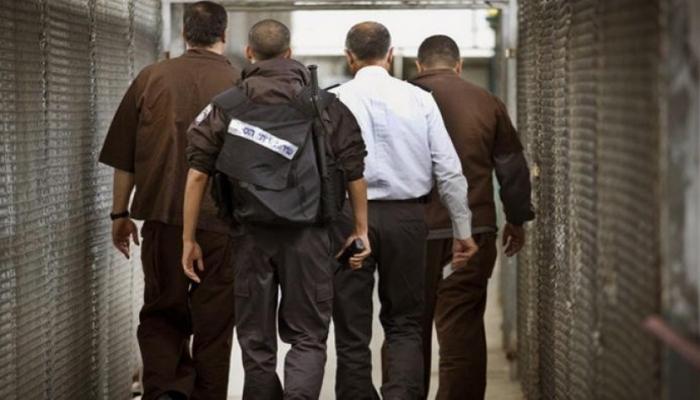 إدارة سجون الاحتلال تنقل الأسرى المضربين إلى زنازين العزل الإنفرادي