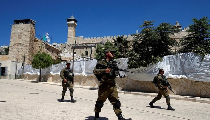 الاحتلال يعتدي على المواطنين ويمنعهم من دخول الحرم الإبراهيمي