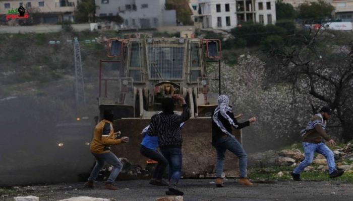 فيديو يحبس الأنفاس - جرافة الاحتلال تُهاجم شبان كفر قدوم