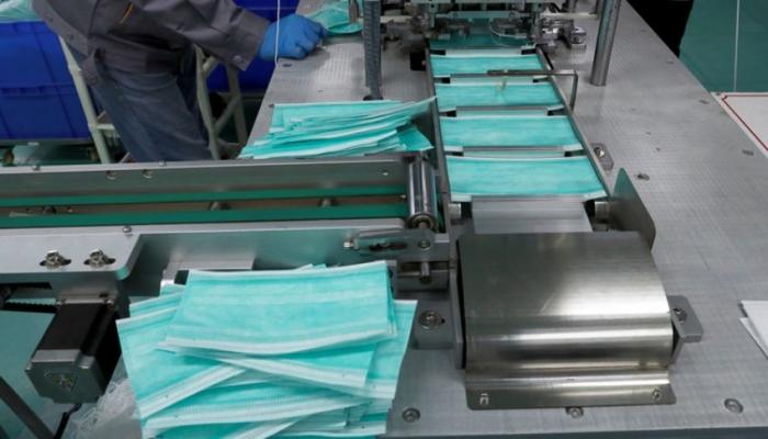 الضابطة الجمركية يوقف معملين عن العمل لإنتاج الكمامات الصحية في الخليل