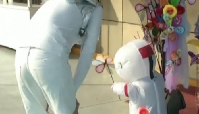 بالفيديو: رواد وكبسولات فضاء صغيرة في شوارع الصين