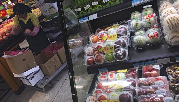 الصحة العالمية تحسم الجدل بشأن انتقال كورونا عبر المواد الغذائية