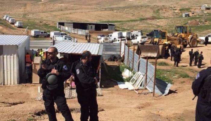 الاحتلال يسلم إخطارات بوقف العمل في بئر ومساكن وحظائر بمسافر يطا