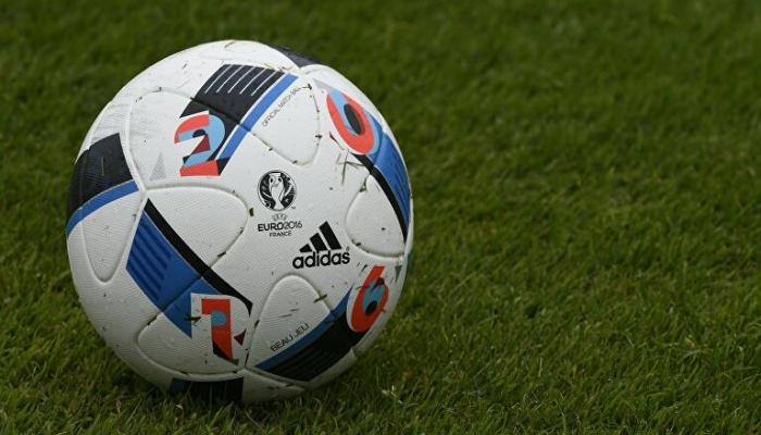 وفاة أسطورة الكرة الهولندية ونجم نادي أياكس