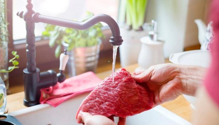 إياك وغسل اللحوم والدواجن قبل طهيها!