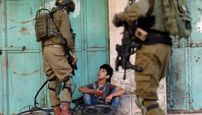 أطفال فلسطين في ظل الاحتلال... كيف تُسرق طفولتهم ويعاني ذووه