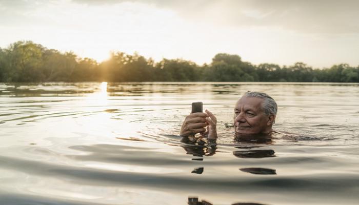 ما زال يعمل.. رجل يسترجع هاتفا سقط في بحيرة قبل عام