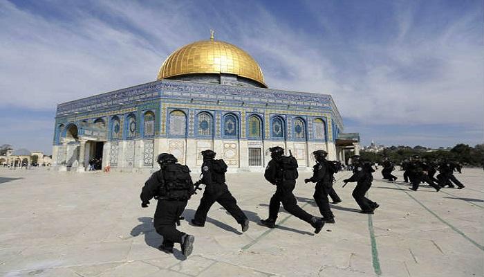 اشتباكات بالأيدي مع قوات الاحتلال داخل المسجد الأقصى المبارك