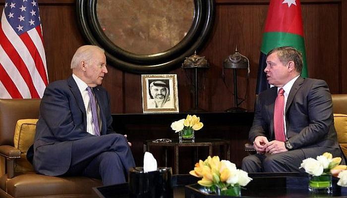 الملك عبدالله يوقف موكبه لتحية أردنيين أمام البيت الأبيض (فيديو)