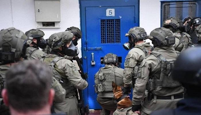 قوات القمع تقتحم القسم (16) في