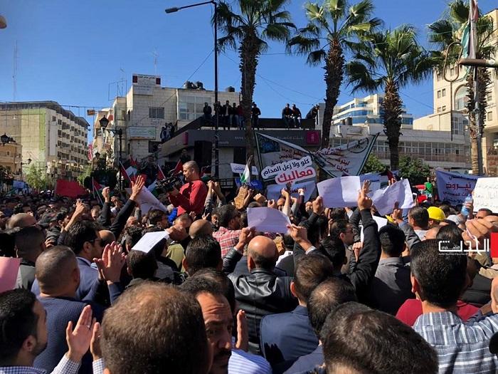 الشعب يطالب بإسقاط الضمان وإقالة الحمدالله (فيديو)